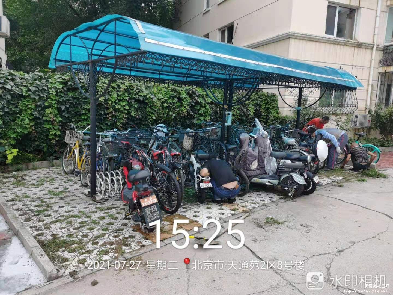 维护小区自行车棚设施,美化停车环境