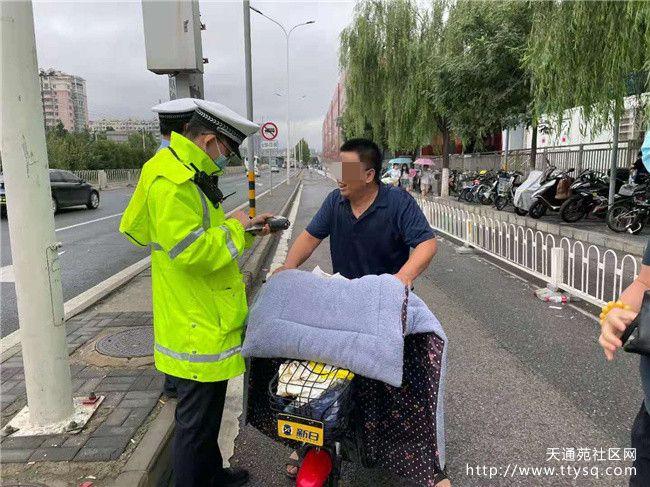 昌平交警在立汤路太平家园路口针对机动车不礼让行人等违法行为开展秩序整治行动