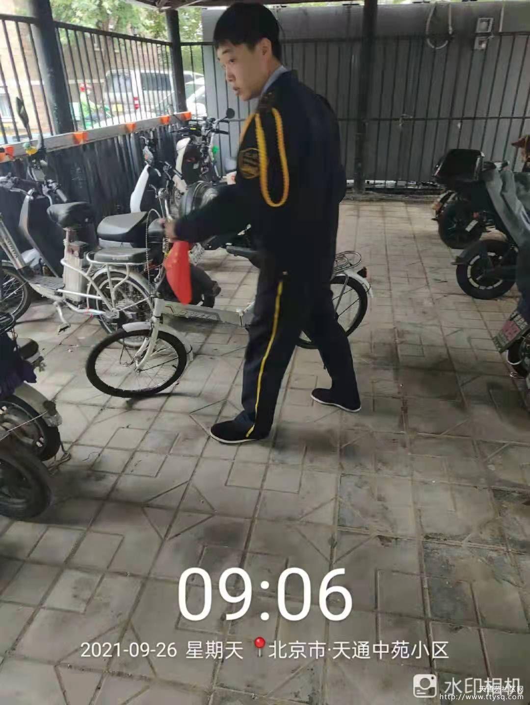 中苑秩序维护五队安排人员对辖区内电动车充电棚进行巡视